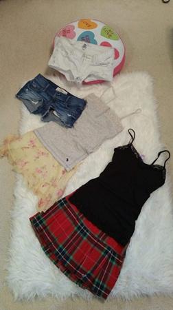 细肩带、超短裤、短裙,虽然是青少女的最爱,但却是一些学校的禁忌。(美国《世界日报》/黄惠玲 摄)