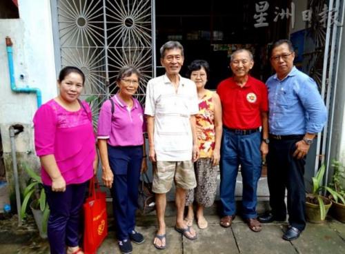 太平埠南侨机工刘春泉儿子刘振忠夫妇(左三、四),及机工二代何秀美(左一)与刘道南夫妇等合影。(图片来源:马来西亚《星洲日报》)