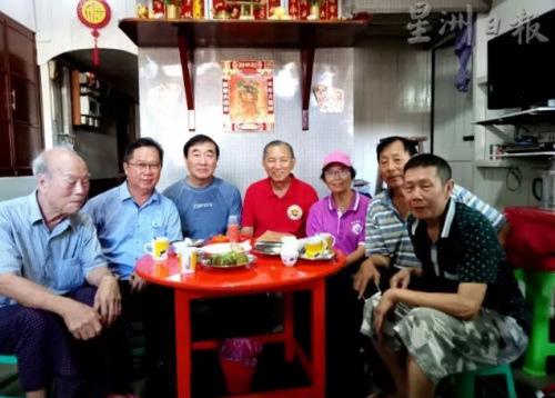一批热心协助寻找机工后代的腊戌父老:左起:伍彦培、萧任平、唐健霖、刘道南夫妇、多叔钟、黄显明。(图片来源:马来西亚《星洲日报》)