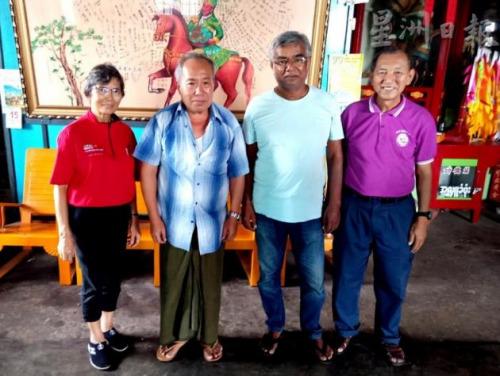 刘道南卢观英夫妇访问机工符福锦儿子符和平与胡天木儿子胡丁华(右一)。(图片来源:马来西亚《星洲日报》)