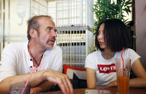 捷克艺术家伊瑞(左)、中国艺术家覃琨瑛夫妇。