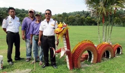 沙比安(右起)、阿都拉、阿兹曼和山苏利与他们精心制作的龙模型。(马来西亚《星洲日报》)