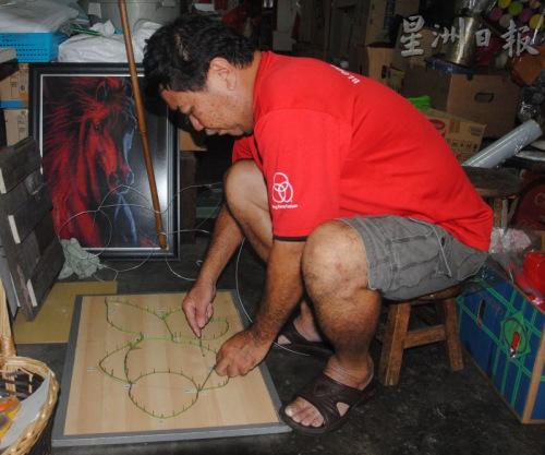 张瑞清看好今年中秋节传统灯笼市场,决定多做一些灯笼应节。(马来西亚《星洲日报》)