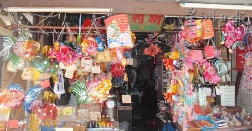 中秋节快到了,各式各样的传统玻璃彩纸灯笼上架,反应热烈。(马来西亚《星洲日报》)