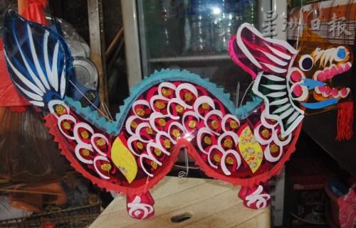 这款龙形传统玻璃彩纸灯笼,已传承至少半个世纪。(马来西亚《星洲日报》)
