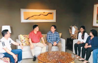 图为李前华(中)在科伦坡与广西商务厅考察团成员讨论斯里兰卡宝石资源的开发合作事宜。 照片由李前华本人提供