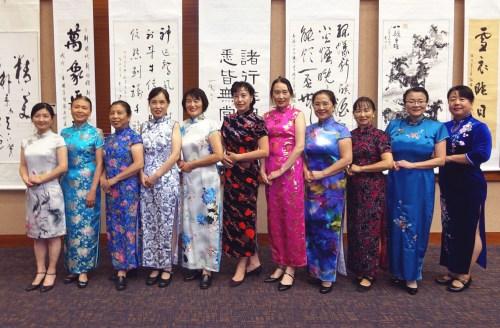 长城中文学校歌舞团表演旗袍秀(《中美邮报》)