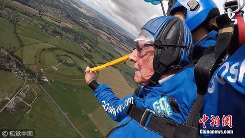 英国94岁二战老兵跳伞再次征服蓝天
