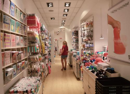 一位顾客在Tiger店内浏览物品。(《欧洲时报》西班牙版/唐尚燕 摄)
