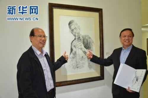 谢锡明(左)与张润安(右)主持画展开幕仪式。新华网发(王大玮 摄)