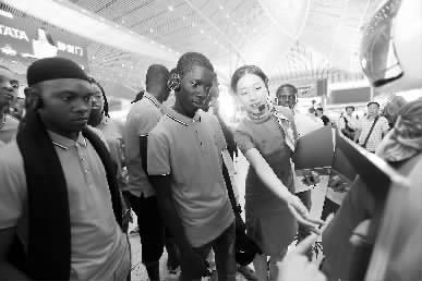 近日,在中国铁建中土集团协助下,尼日利亚交通部首批60名公派留学生进入长安大学和中南大学,学习土木工程和交通运输专业知识。图为8月29日,留学生们在参观亚洲最大高铁站西安北站。闫浩 摄