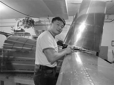 李湘宏在造他的第二架飞机。