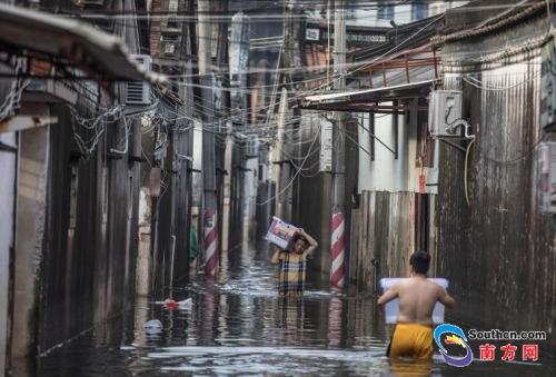 9月2日,司马浦镇司五村,居民向外搬出家里物资。南方网全媒体记者 张由琼 实习生 徐杰 摄