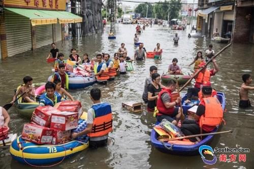 9月2日,陈店镇受灾地区,救援队给受灾群众运送物资。南方网全媒体记者 张由琼 实习生 徐杰 摄