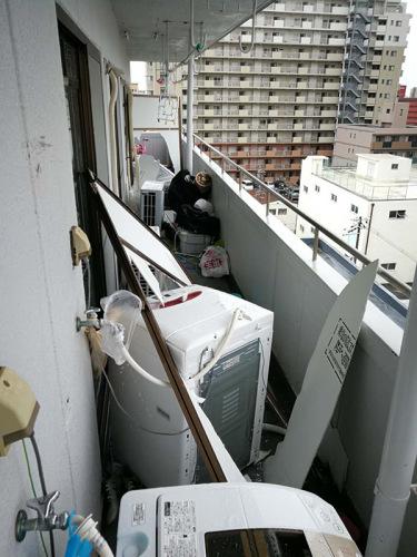 强烈的台风将宋先生家阳台上用于灾害和逃难用的隔板损坏,原本被三家住户隔断的阳台也被台风打通。受访者供图
