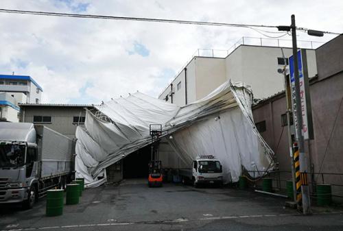 """宋先生家附近一些建筑物因为台风""""飞燕""""受到不同程度的破坏。受访者供图"""