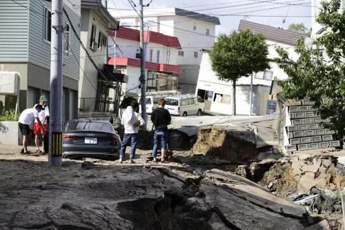 地震导致路面下陷。(日本《东方新报》)