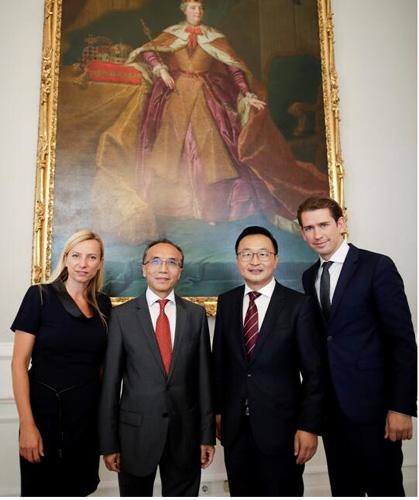 中国驻奥地利使馆李晓驷大使(左二)应邀出席授衔仪式,与詹维平(右二)和总理库尔茨合影。