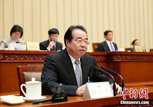 资料图:4月25日,十三届全国人大常委会第二次会议在北京召开。许又声作关于华侨权益保护工作情况的报告。中新社记者 杜洋 摄