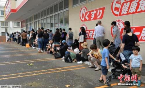 当地时间9月6日,日本札幌,民众排队进入一家超市购物。