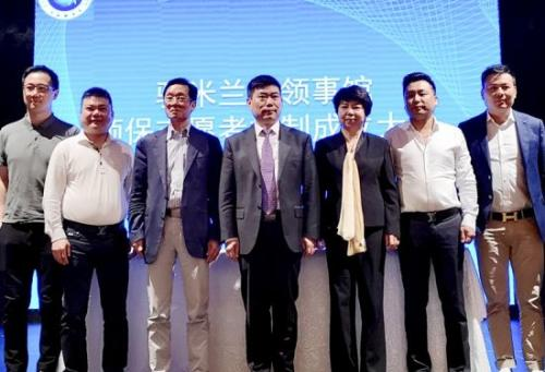 """王士晃(右一)2018年4月曾被中国驻米兰总领馆聘任为""""领事保护志愿者""""。(图片来源:欧联网)"""