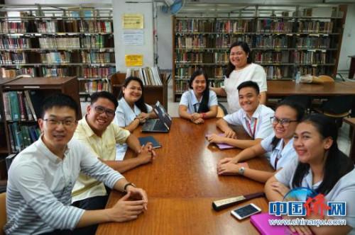 """获得""""中国大使奖学金""""最多的是菲律宾师范大学,已经有120位学子获得奖助。图为师生们和中国驻菲大使馆工作人员在一起。 关向东 摄"""