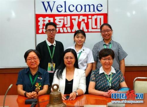 获奖学生与中国驻菲大使馆工作人员合影留念。 关向东 摄