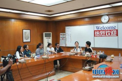 """菲律宾侨中学院获""""中国大使奖学金""""的学生与老师一起接受<a target='_blank' href='http://www.chinanews.com/'>中新社</a>等媒体采访。 高卫华 摄"""