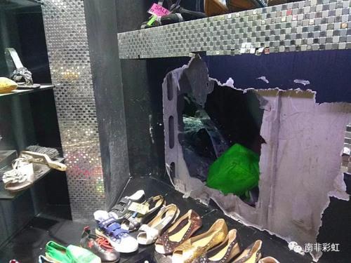 华人店铺木质隔墙被砸了一个大洞(南非彩虹微信公众号)