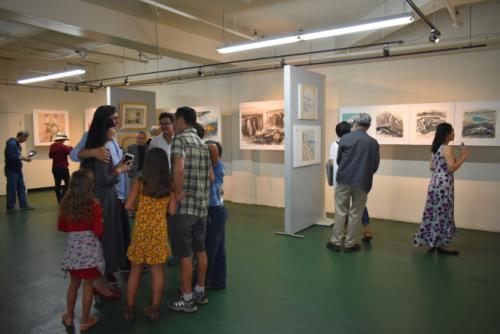 9日开幕当天吸引了不少艺术爱好者到场参观。(美国《世界日报》/黄少华 摄)