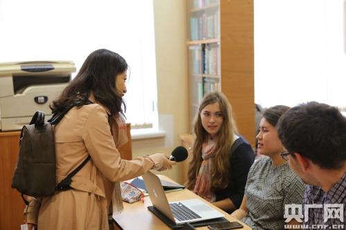 俄罗斯学生伊柔娜接受央广记者采访(央广网记者 周阳 摄)