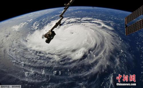 """热带气旋""""弗罗伦斯""""最大持续风速为每小时65英里,目前正位于距离美国东海岸约1500英里的大西洋洋面,正以每小时不到10英里的速度缓慢地向西移动。"""