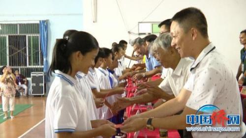 侨界爱心人士为学生颁发奖金。 符白云 摄