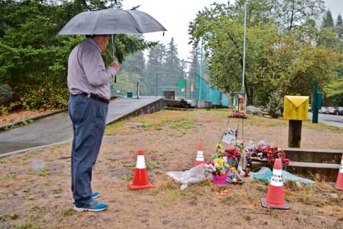 曾向警方提供信息的中国公民Jack,周一(9月10日)在中央公园悼念小雨。(加拿大《星岛日报》/王学文 摄)