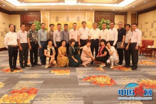桂林市委常委、副市长董冶与菲律宾华商经贸联合会考察团一行合影。 陆汉宝 摄