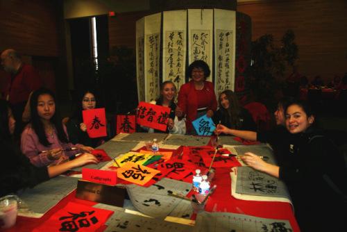 学生学习和了解中国书法。(美国《世界日报》档案照)