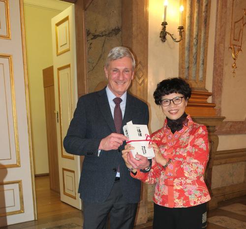 本文作者给奥地利萨尔茨堡市长赠书。