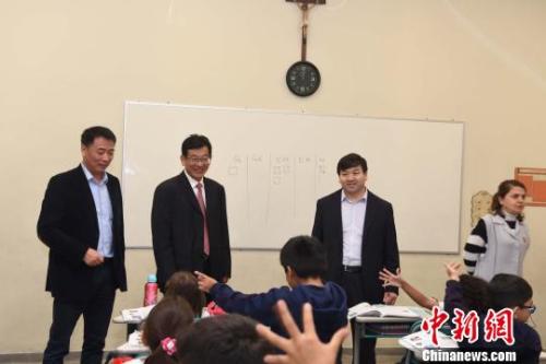 图为巴西圣保罗华侨天主堂学校校长肖思佳(左三)陪同中国师院访问团参观学校。 莫成雄 摄