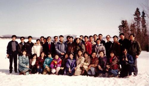 拉瓦尔大学部分中国留学生和使馆教育处官员合影。(1993年)