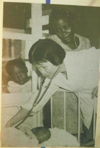 陈桂芳援非时在给病人诊治。
