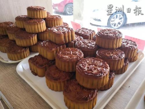 东发饼家坚持只制作传统月饼,且饼皮烤的比较深色,增加手工月饼的尝鲜时间。(马来西亚《星洲日报》)