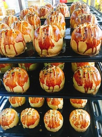 有些客人独爱游港上海月饼的酥脆饼皮及浓郁奶油香。(马来西亚《星洲日报》)