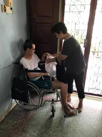 陈鸿吉不能说话,妈妈饶佩芬买了白板,尝试让儿子用白板写字沟通。(马来西亚《星洲日报》)