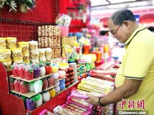 在中国城著名的王彬超市,色彩鲜艳,造型丰富的祭拜用香烛吸引华人。<a target='_blank' href='http://www.chinanews.com/'>中新社</a>记者 关向东 摄