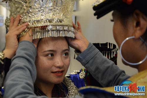 图为巡演团里的大学生演员佩戴苗族头饰。 中央民族大学供图 刘佳摄