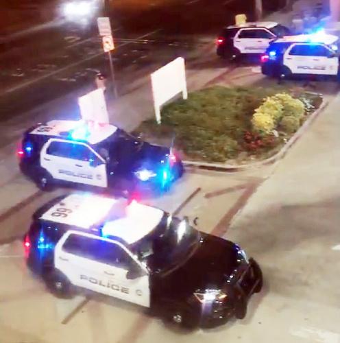 大批警车将商场包围。(美国《世界日报》/张越 摄)