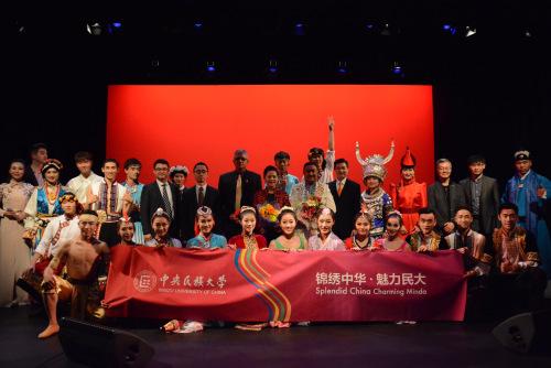 中国驻新西兰奥克兰总领事许尔文(第二排右八)与巡演团团长胡华征(右十一)等与全体演员合影。(中央民族大学供图 刘佳摄)