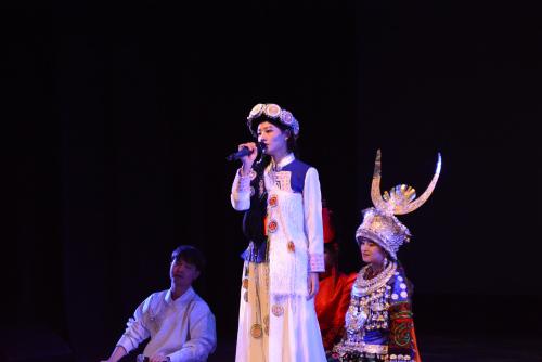 纳西族女生独唱《净土》。(中央民族大学供图 刘佳摄)