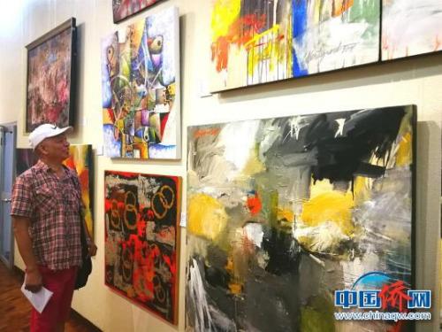 画展吸引菲律宾民众驻足参观。 关向东 摄