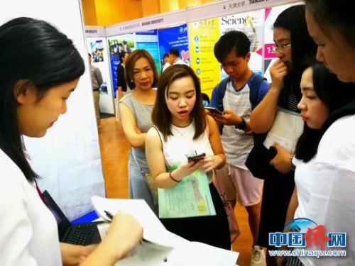 碧瑶的女大学生潘欢雅(MARIE D.PUA)(前左二)专程来找同济大学,她非常喜欢上海,希望报考国际贸易专业。 关向东 摄